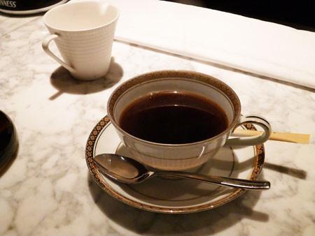 ライブラリー&バーでコーヒー